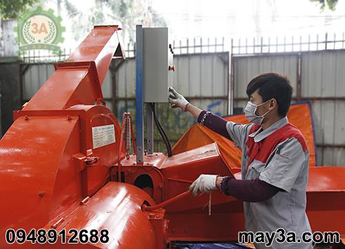 Kỹ thuật viên đang điều chỉnh cần tốc độ cho băng tải Máy băm cỏ công nghiệp 3A 9RC-130
