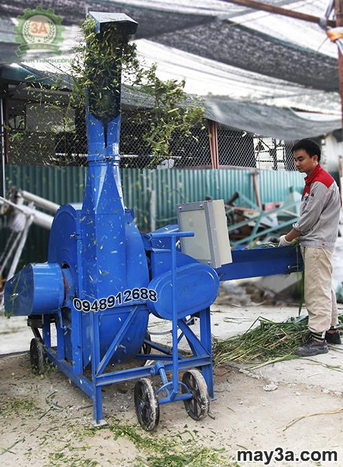 Kỹ thuật viên đang vận hành Máy băm cỏ cây ngô 3A 9RC-100