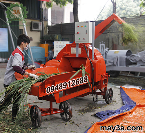 Kỹ thuật viên đang vận hành Máy băm cỏ công nghiệp 3A 9RC-130