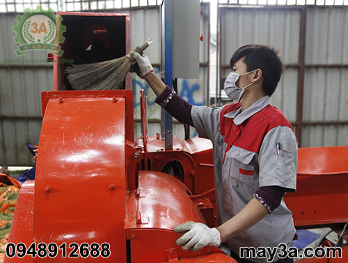 Kỹ thuật viên làm vệ sinh Máy băm cỏ công nghiệp 3A 9RC-130