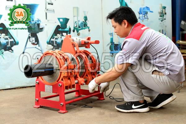 Kỹ thuật viên sử dụng Máy hàn ống nhựa 3A HTX250