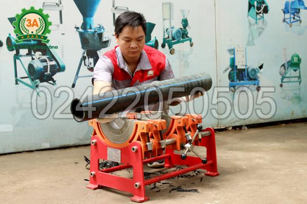 Mở kẹp giữ ống của máy hàn ống nhựa 3A HTX250  và nhấc ống đã hàn ra ngoài