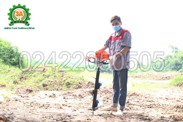 Kỹ thuật viên và Máy khoan lỗ trồng cây chạy xăng 3A