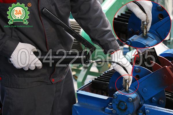 Tra mỡ vào ổ bi máy nghiền bèo, rơm, cỏ 3A11Kw