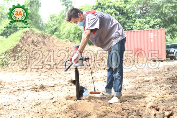 Kỹ thuật viên sử dụng Máy khoan lỗ trồng cây chạy điện 3A