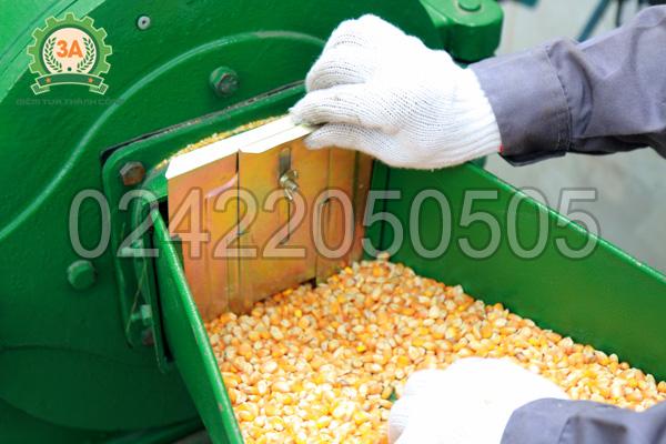 Tấm chắn điều chỉnh lượng nguyên liệu xuống buồng nghiền của máy nghiền cám, mùn cưa 3A7,5Kw không vòi hút