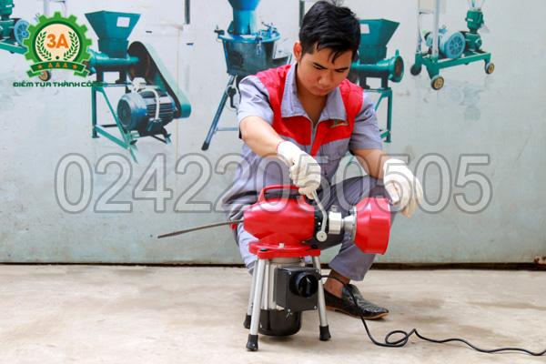 Kỹ thuật viên lắp đặt máy thông cống, thông tắc lò xo A500W