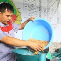 Anh Nguyễn Hải Châu đang kiểm tra một chiếc máy mới sáng chế