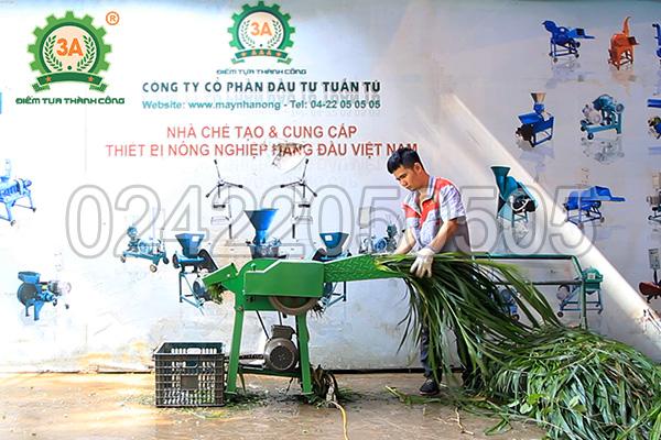 Kỹ thuật viên 3A sử dụng máy băm thân cây ngô, cỏ voi 3A2,2Kw