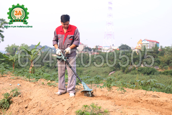 Kỹ thuật viên đang sử dụng Máy xới đất 3A1401