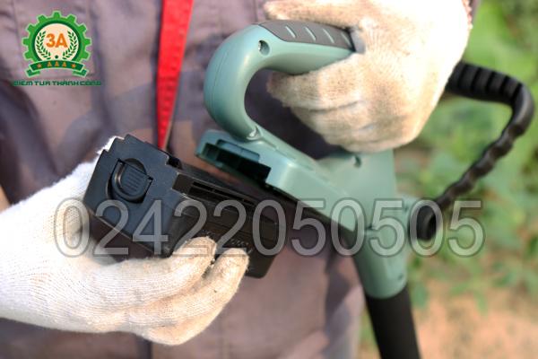 Máy xới đất 3A1401 sử dụng pin nên rất tiện lợi