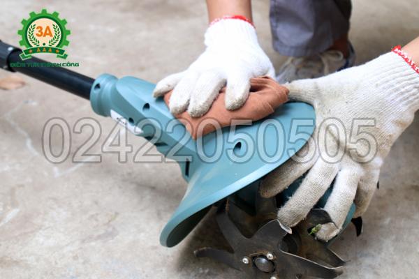 Dùng khăn vệ sinh bộ đầu xới của máy xới đất 3A1401