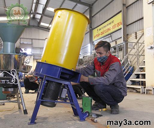 Kỹ thuật viên của Công ty đang kiểm tra Máy băm rơm, xơ dừa, cỏ voi 3A3Kw