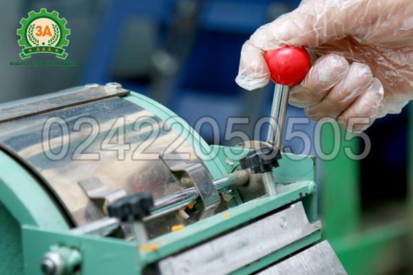 Cần gạt điều chỉnh kích cỡ sản phẩm của Máy thái sợi rau củ quả 3A1,5Kw