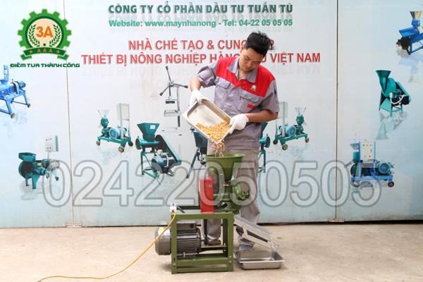 Kỹ thuật viên sử dụng Máy vỡ ngô thành mảnh 3A2,2Kw