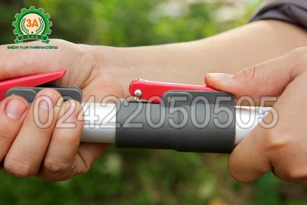 Nút bấm điều khiển chiều dài của kéo cắt cành trên cao 3A3M