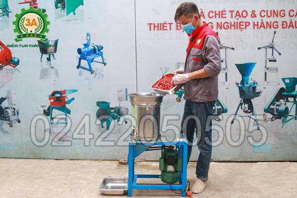 Kỹ thuật viên sử dụng Máy băm sả, ớt, hành, tỏi 3A2,2Kw