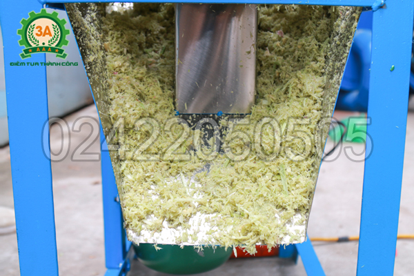 Cửa ra sản phẩm của máy băm sả, ớt, hành, tỏi 3A2,2Kw