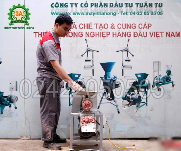 Kỹ thuật viên sử dụng Máy nghiền thịt inox 3A2,2Kw