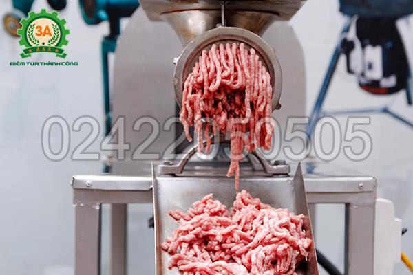 Thịt sau khi xay được đưa ra ở đầu đùn của máy nghiền thịt inox 3A2,2Kw