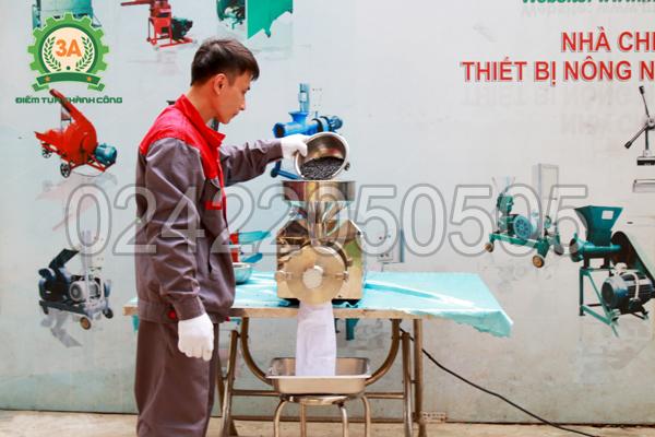 Kỹ thuật viên sử dụng Máy xay bột ngũ cốc 3A3Kw