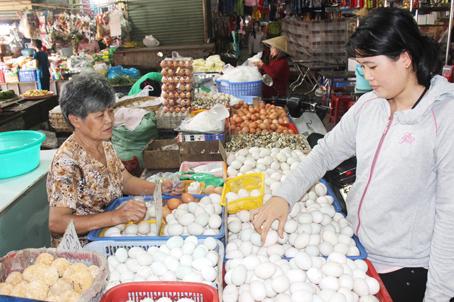 Tiểu thương kỳ vọng giá trứng sẽ hạ nhiệt sau khi được miễn kiểm dịch. (Ảnh chụp tại điểm bán trứng ở chợ Hóa An, TP.Biên Hòa).