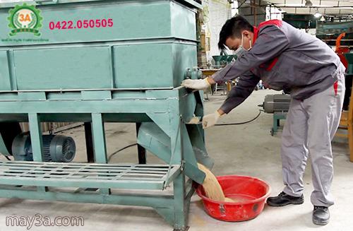 Kỹ thuật viên Công ty đang trộn cám bằng Máy trộn thức ăn gia súc 3A5,5Kw (trục ngang)