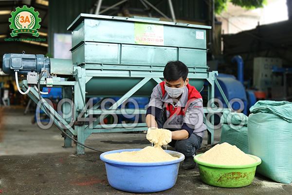 Máy trộn thức ăn gia súc 3A5,5Kw (trục ngang) có tính năng trộn số lượng lớn các loại nguyên liệu dạng khô, ẩm và quánh.