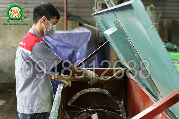 Kỹ thuật viên vệ sinh Máy trộn thức ăn gia súc 3A5,5Kw (trục ngang) sau khi sử dụng