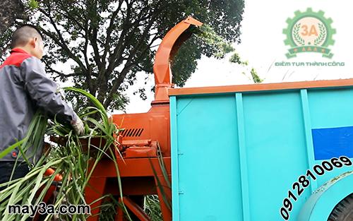 Kỹ thuật viên đang băm cỏ bằng Máy băm cỏ voi di động 3A