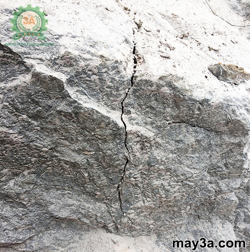 Đá được tách bằng bột nở tách đá, phá bê tông