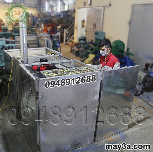 Kỹ thuật viên đang sử dụng Máy sấy khô nông sản 3A 18 ngăn