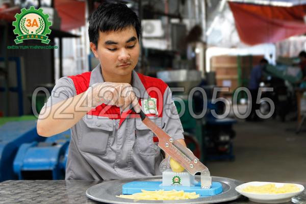 Kỹ thuật viên sử dụng Dụng cụ cắt khoai tây vuông 3A