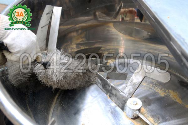 Dùng chổi vệ sinh máy trộn thức ăn cho gà 3A3Kw