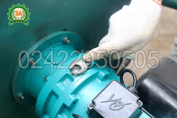 Vặn ốc thực hiện tra dầu mỡ cho máy trộn thức ăn cho gà 3A3kw