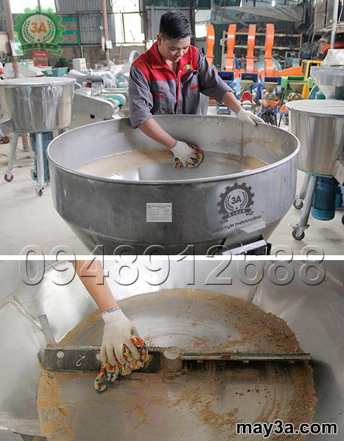 Kỹ thuật viên vệ sinh Máy trộn thức ăn cho gà 1 pha 3A3Kw sau khi sử dụng