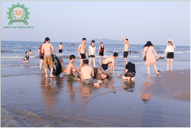 Cùng nhau vui đùa dưới bãi biển