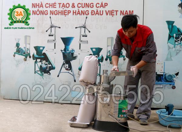 Kỹ thuật viên đang sử dụng Máy xay bột khô 3A LM2,2Kw