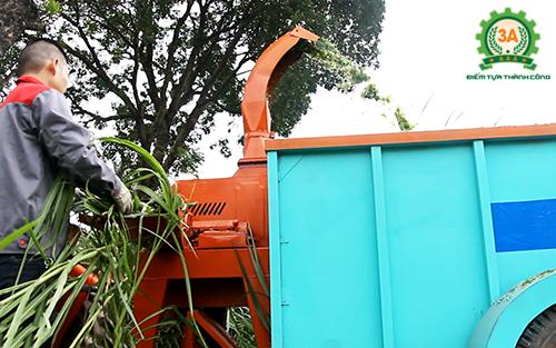 Máy băm cỏ di động 3A giúp bà con băm cỏ tại đồng và vận chuyển về trang trại