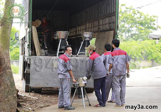 Chuyến hàng mang thương hiệu 3A: Nhân viên kĩ thuật khẩn trương đưa sản phẩm lên xe