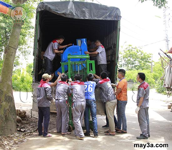 Chuyến hàng mang thương hiệu 3A: Mọi người cẩn thận chuyển từng mặt hàng lên xe