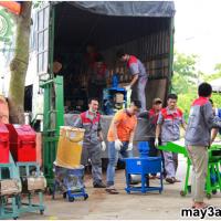 Chuyến hàng mang thương hiệu 3A: Các nhân viên cùng nhau vận chuyển máy