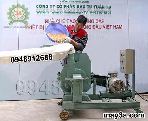Kỹ thuật viên sử dụng Máy nghiền ngô 3A S7,5Kw