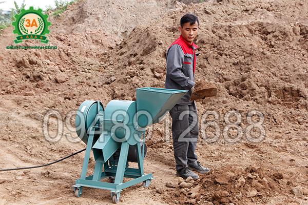 Kỹ thuật viên sử dụng Máy nghiền đất 3A4Kw