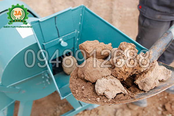 Cho nguyên liệu vào cửa nạp của Máy nghiền đất 3A4Kw