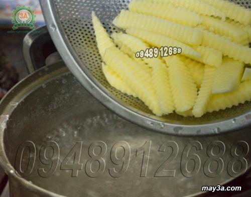 Cho khoai tây vào nồi luôc
