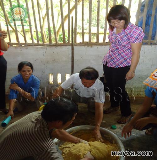 Cách làm đệm lót sinh học cho lợn: Bà con đang trộn men vi sinh