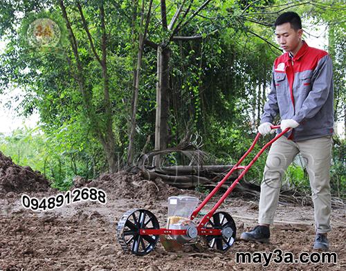 Kỹ thuật viên sử dụng Dụng cụ gieo hạt giống một hàng 3A (kiểu xe đẩy)