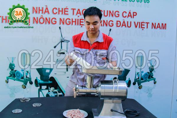 Kỹ thuật viên xay thịt với Máy xay thịt inox 3A1,3Kw