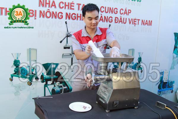 Kỹ thuật viên sử dụng Máy xay thịt inox 3A GT2,2Kw